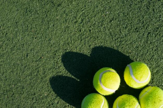 Bolas de tênis de vista superior no campo