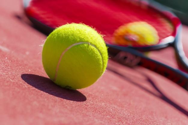 Bolas de tênis e raquete na quadra de grama