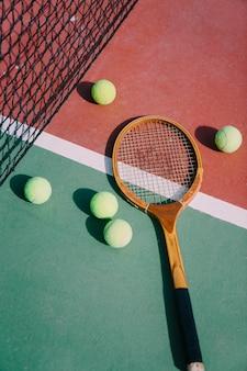 Bolas de tênis e raquete na quadra