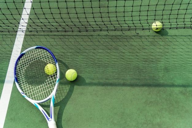 Bolas de tênis em quadra de tênis