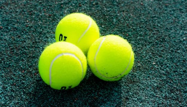 Bolas de tênis na quadra de tênis