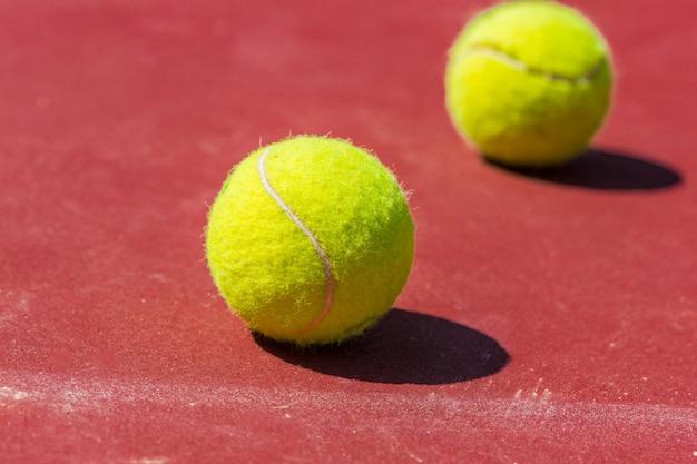 Bolas de tênis na quadra