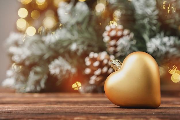 Bolas decorativas de natal contra pinheiro turva