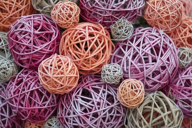 Bolas decorativas multi-coloridas de bambu de vime. feito à mão.