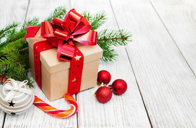 Bolas e caixa de presente de natal