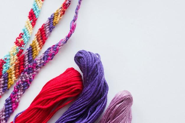 Bolas e fios coloridos