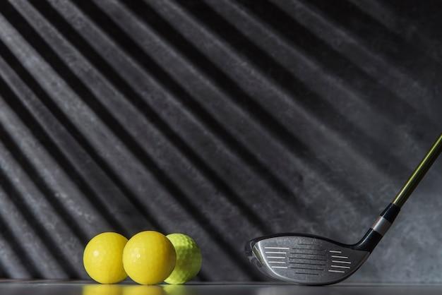 Bolas e taco de golfe de alto ângulo