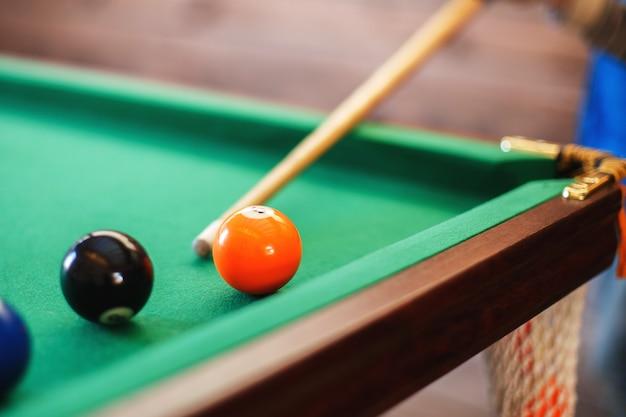 Bolas em uma mesa de bilhar em um triângulo homens jogando bilhar