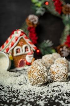 Bolas energéticas, doces, flocos de aveia inteira e coco em pó, doces de baixa caloria, no dia de natal