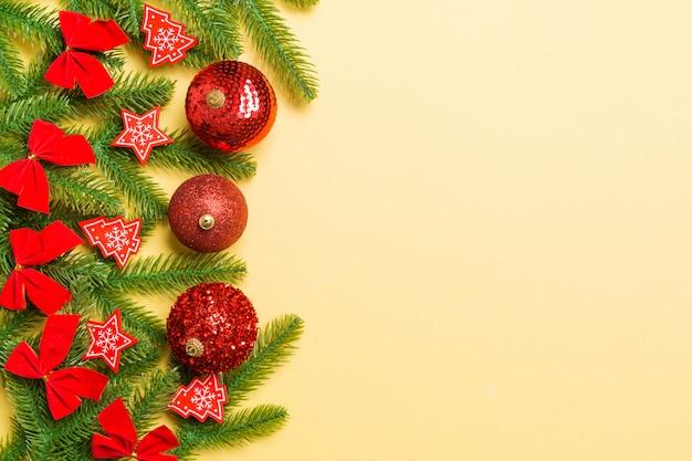 Bolas festivas, abeto e decorações de natal em fundo colorido