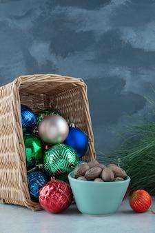 Bolas festivas de natal com um prato azul de nozes. foto de alta qualidade