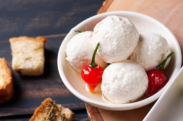 Bolas labaneh. aperitivo popular do oriente médio, queijo de cabra branco macio