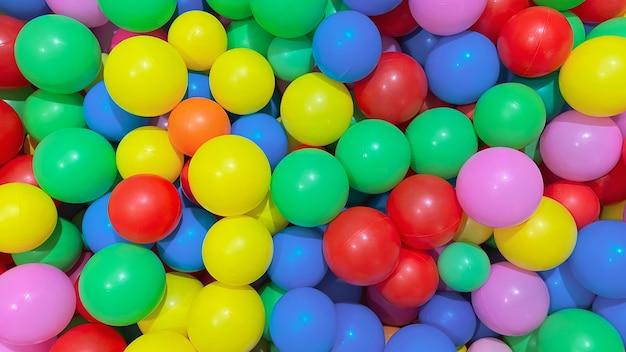 Bolas multicoloridas para piscina seca para as crianças brincarem em casa e ao ar livre o conceito de
