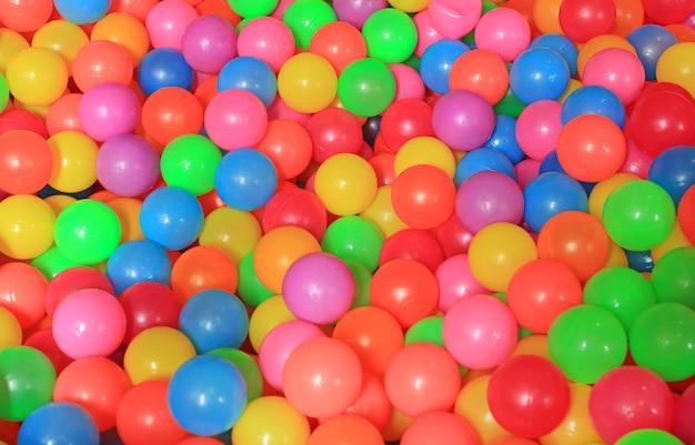 Bolas plásticas coloridas no campo de jogos das crianças.