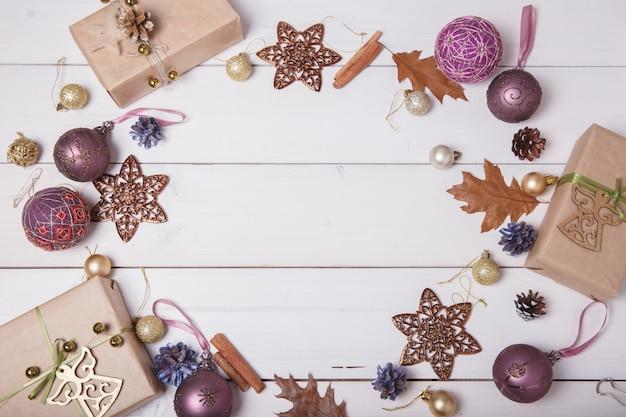 Bolas temari, uma bola artesanal no estilo tradicional japonês. composição de natal com um presente e decorações de natal. camada plana, plano de fundo, vista superior
