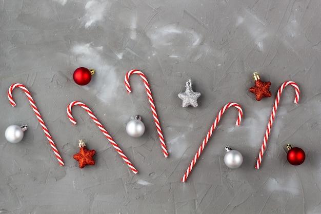 Bolas vermelhas e prateadas de bengala de natal