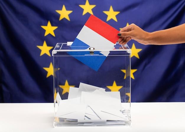 Boletim de votação da bandeira da frança sobre fundo da união europeia