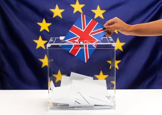 Boletim de votação de bandeira do reino unido no fundo da união europeia