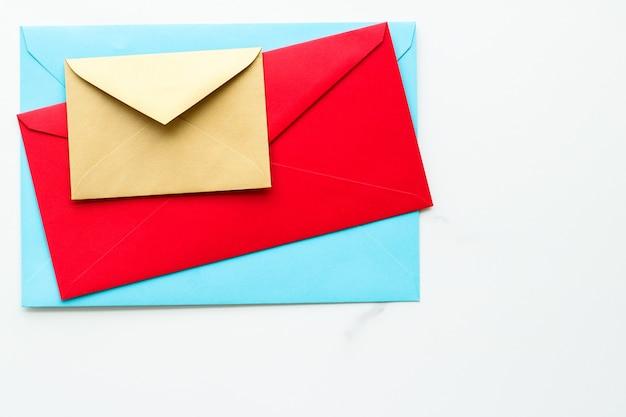Boletim informativo de comunicação e envelopes de conceito de negócio na mensagem de fundo de mármore