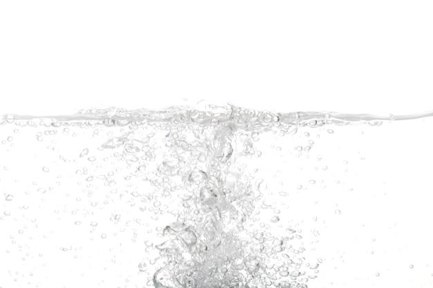 Bolha de água isolada no fundo branco com espaço para cópia.