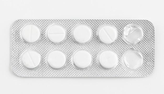 Bolha de prata embala comprimidos isolados no branco