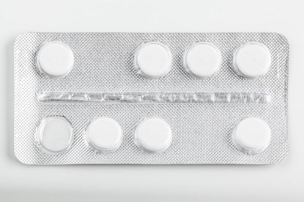Bolha de prata embala comprimidos no branco