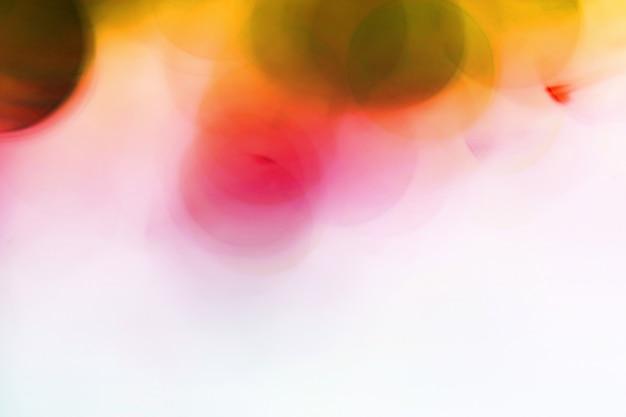 Bolhas borradas vermelhas, bola de vidro no abstrato com colorido no isolado