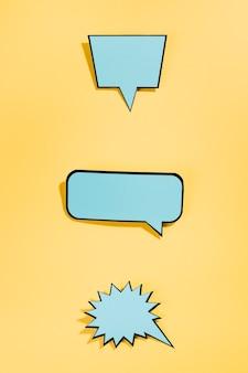 Bolhas de discurso vazio em quadrinhos retrô azul sobre fundo amarelo