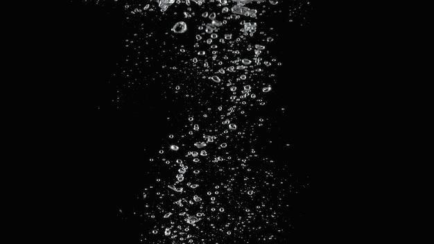 Bolhas de refrigerante espirrando e gota flutuante em um fundo preto representam espumante e refrescante