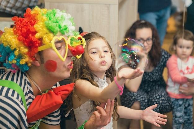 Bolhas de sabão mostram palhaços em festa infantil
