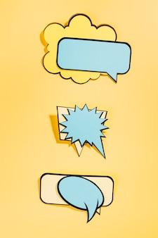 Bolhas do discurso em quadrinhos vazio em fundo amarelo