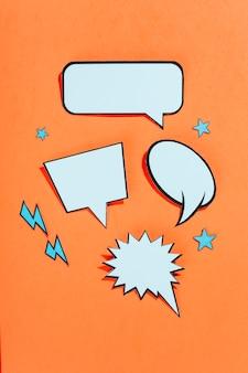 Bolhas do discurso vazio em quadrinhos de estilo retro no fundo brilhante