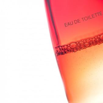 Bolhas em um frasco de perfume em um fundo branco