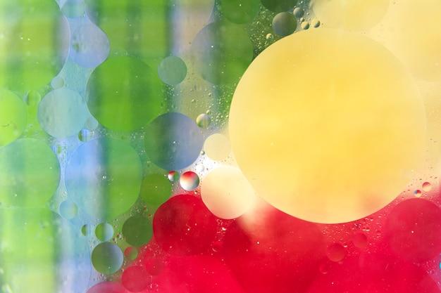 Bolhas em verde; cor vermelha e amarela, formando o fundo molhado