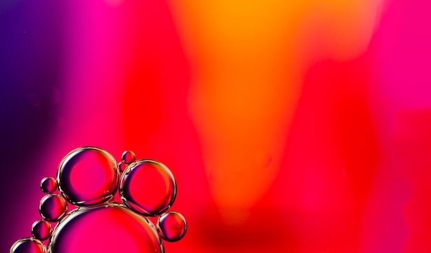 Bolhas oleosas transparentes na cópia vibrante espaço aguado fundo