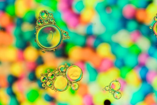 Bolhas transparentes e fundo do arco-íris