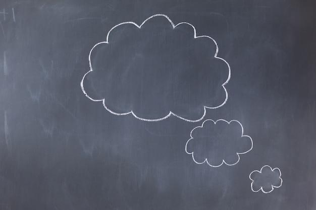 Bolhas vazias na nuvem em um quadro-negro
