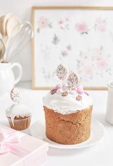 Bolinho caseiro doce de páscoa e ovos de codorna. cartão de felicitações. comida festiva. mesa com guloseimas. bolos e sobremesas caseiras.