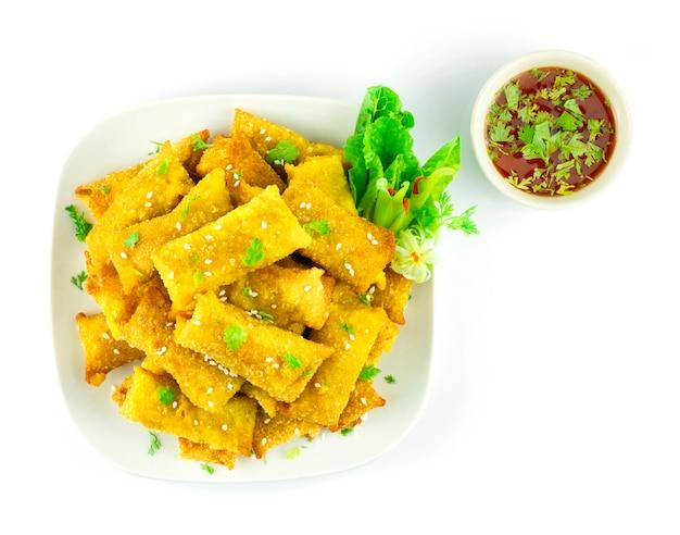 Bolinho crocante de batatas recheado com wonton mergulhado em molho de pimentão doce fusão comida chinesa estilo decorar vegetais vista superior