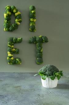 Bolinho da dieta dos brócolis e da salada de milho. dieta da palavra com letras do brócolis. rotulação de alimentos
