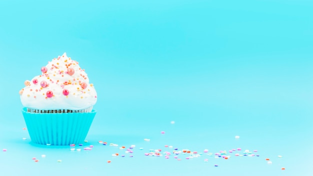 Bolinho de aniversário com confete