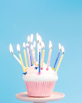 Bolinho de aniversário saboroso sobre fundo azul
