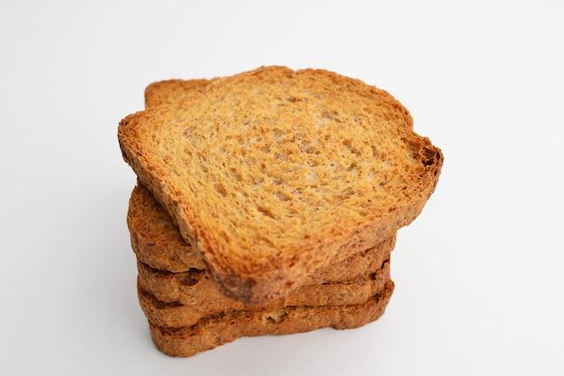 Bolinho de bolo crocante sobre mesa branca pão torrado torrado