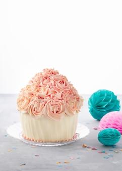 Bolinho de bolo de aniversário delicioso e bolas de festa, confetes coloridos