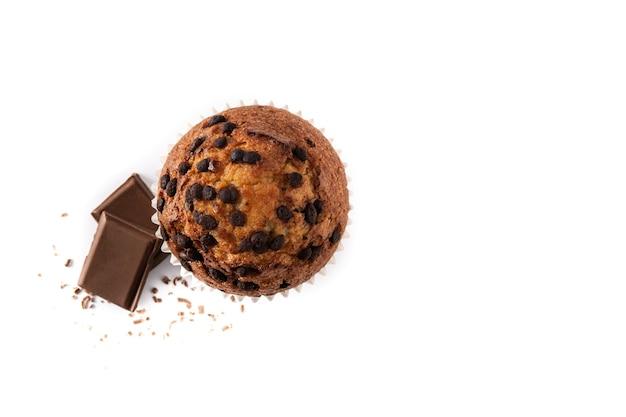 Bolinho de chocolate recém-assado isolado no fundo branco