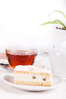 Bolinho de coalhada com chá e açucareiro na mesa