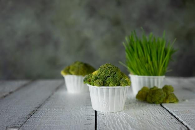 Bolinho de dieta de brócolis e salada de milho na placa de madeira