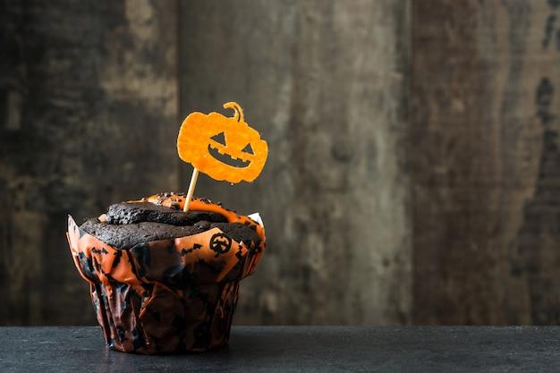 Bolinho de halloween chocolate na mesa de madeira. copie o espaço