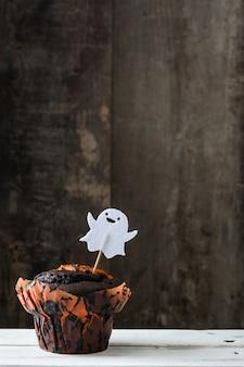 Bolinho de halloween em uma mesa de madeira