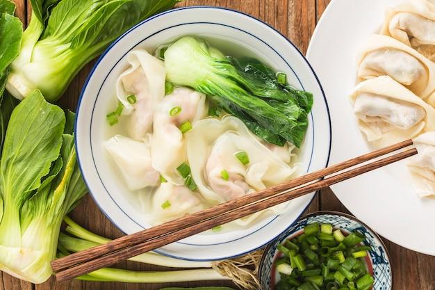 Bolinho de massa chinês wonton em sopa clara